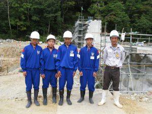土木部の田中さんから現場の概要の説明を受けています。その3砂防堰堤を作っています。