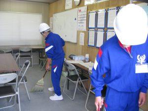 まずは職人さんたちの休憩所の掃除をしてもらいました。