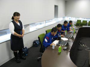途中に休憩をはさみながら進めます。 講師は建築部の濱田さんです。